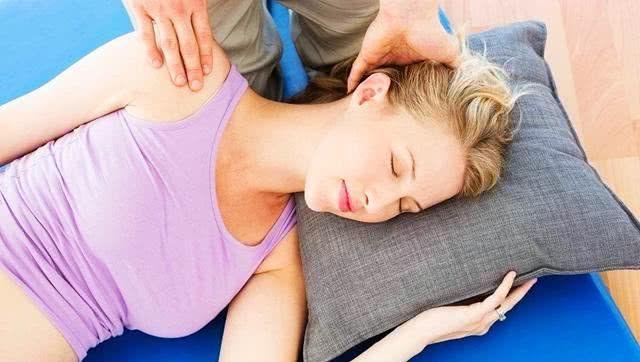 孕期睡觉有这3种表现,孕妇要重视,不利于胎儿发育