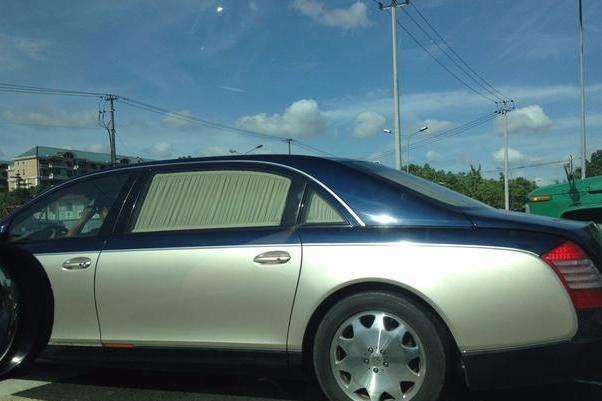 上千万的迈巴赫不用贴膜,车内窗帘都很高档,一套标价十几万