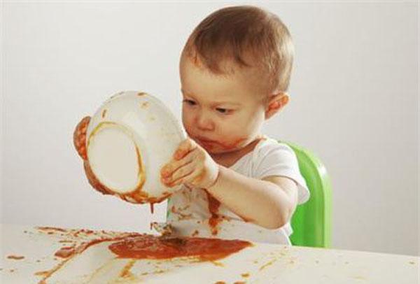 2,积食可通过按摩的方法来治疗 (1)捏脊法:让宝宝面孔朝下平卧.