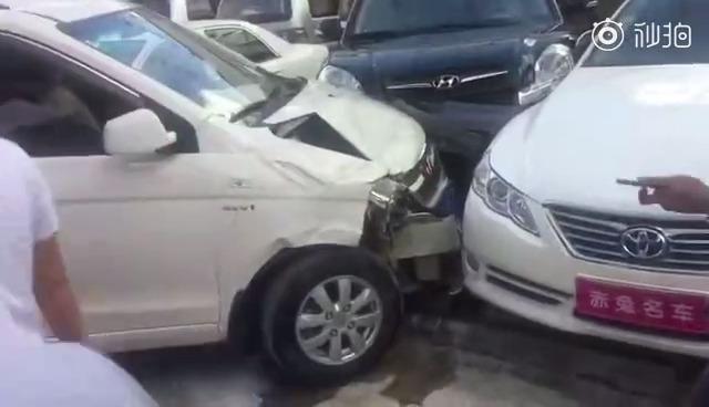 客户试驾五菱宏观油门当刹车,周围的汽车遭殃了   ?