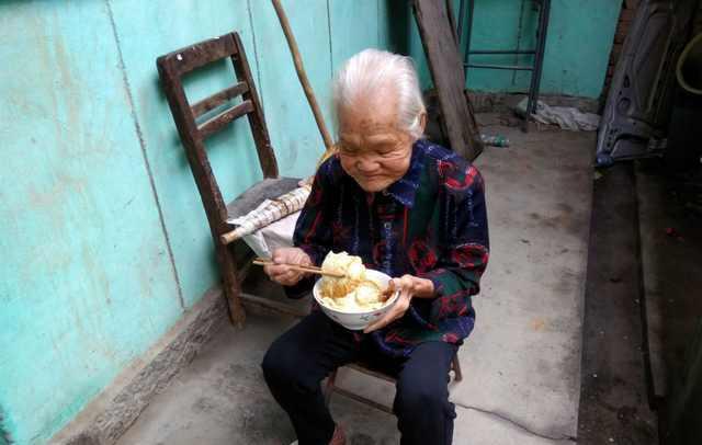 自拍老婆婆愹�_农村老婆婆做的简单晚饭, 这口锅厉害了~现在几乎都见