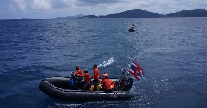 除了潜在的风险之外,另一个问题则是当地对待游客的态度。泰国官方表示,发生事故的游客为非法零元团,且称船公司拒绝听取气象局风暴来临的警告执意出海。但旅行社方面却普遍表示,游客系购买一日游、当地玩乐等产品的自由行游客,且目前信息显示并没有旅行社或船公司提前收到天气预警。而综合目前的报道来看,此次遭遇事故的游客中,有的是公司团建、有的是大企业的员工,按常理推断并不是零元团的目标客户,泰国官方的说法未免有甩锅之嫌。 最近几年,出境游的中国人越来越多,其实在做功课的时候,除了了解景点、美食等常规信息之外