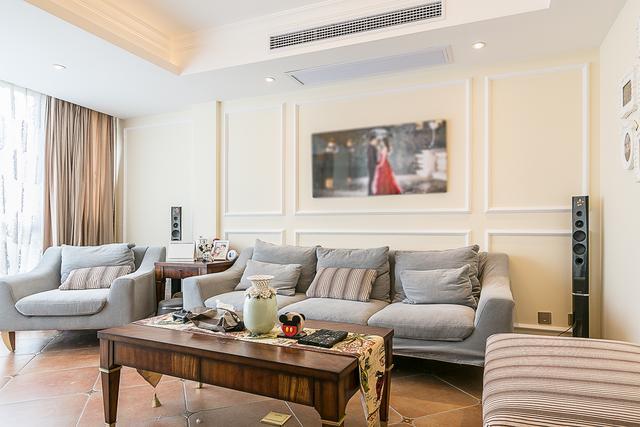 沙发背景墙的设计选择石膏线造型墙,将空间层次分离出来,在客厅挂一