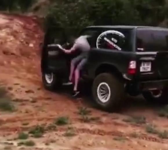 男子开Jeep自由客去越野,上坡时直接跳下车,凭借怠速上坡!