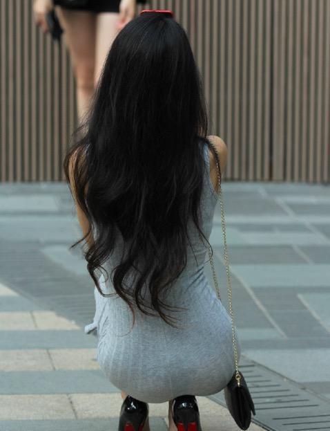 街拍: 美女弯腰捡东西的那一刻, 好身材展露无疑
