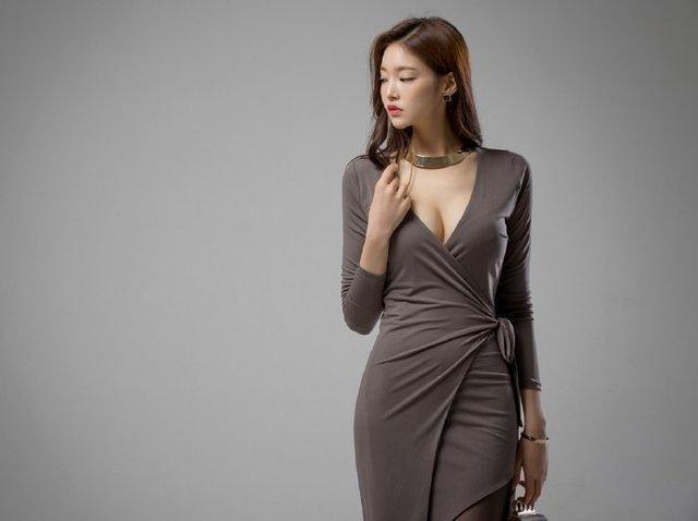 气质优雅面容高冷的美女,长裙勾勒出完美身材, 侧颜最