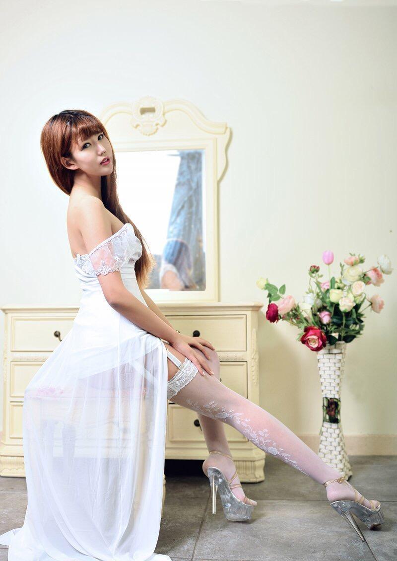 美女低胸白色纱裙 再搭配一双蕾丝丝袜那公主范十足