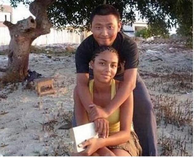 黑人干老婆_中国小伙娶黑人做老婆,父母反对,孙子出生后,老两口却