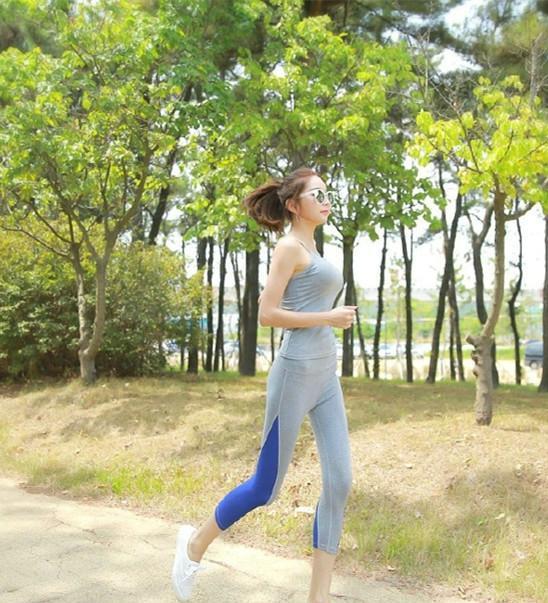 美女里的清晨,山林跑步美女一起锻炼身体吧韩国水果跟着吃图片