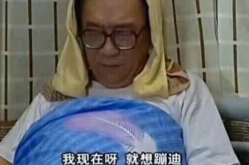 囧哥:溜出医院唱k,左吊瓶右麦