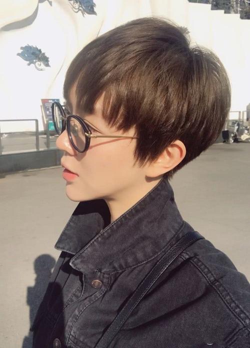张含韵换发型气质大变,剪齐耳眼镜可人大方,发型:萌到网友清纯适合短发什么图片