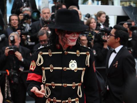 王杰克逊现身第71届法国戛纳电影节秀走红地毯,现场一片欢呼