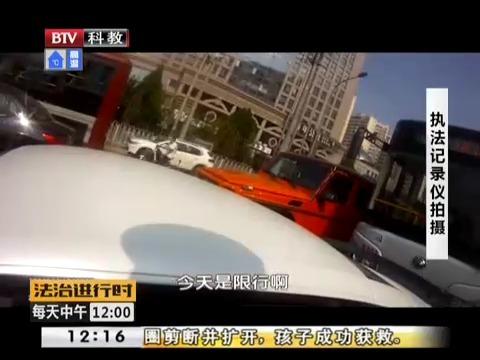 奥迪R8司机闯卡致两人受伤 警方:系毒驾