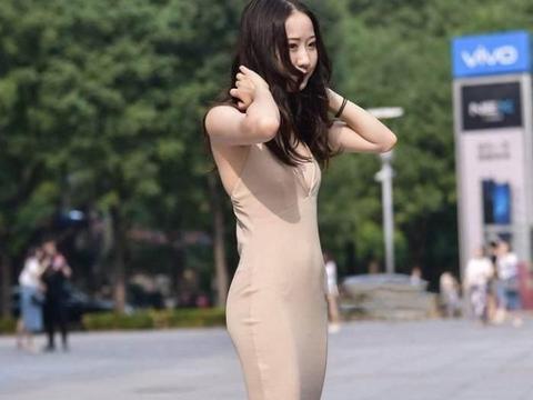 美女色刚身�_街拍 美女裸色紧身深v连衣长裙 搔首捋发风光无限
