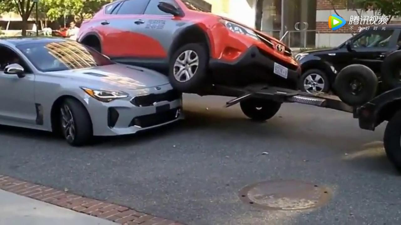 起亚女司机不慎钻到了丰田RAV4的车底!这下忙坏了救援人员!