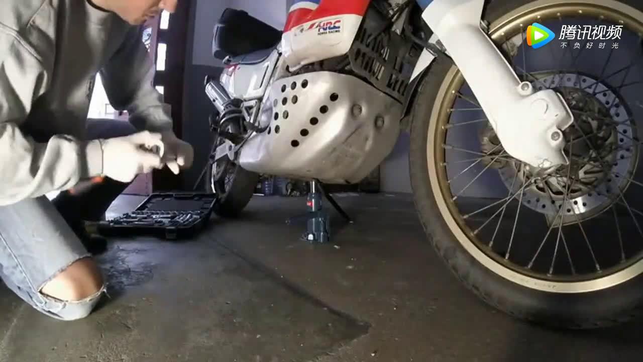 刚买的二手本田摩托车不能骑,只能先换机油<em>过滤器</em>和<em>空气</em>滤清器  