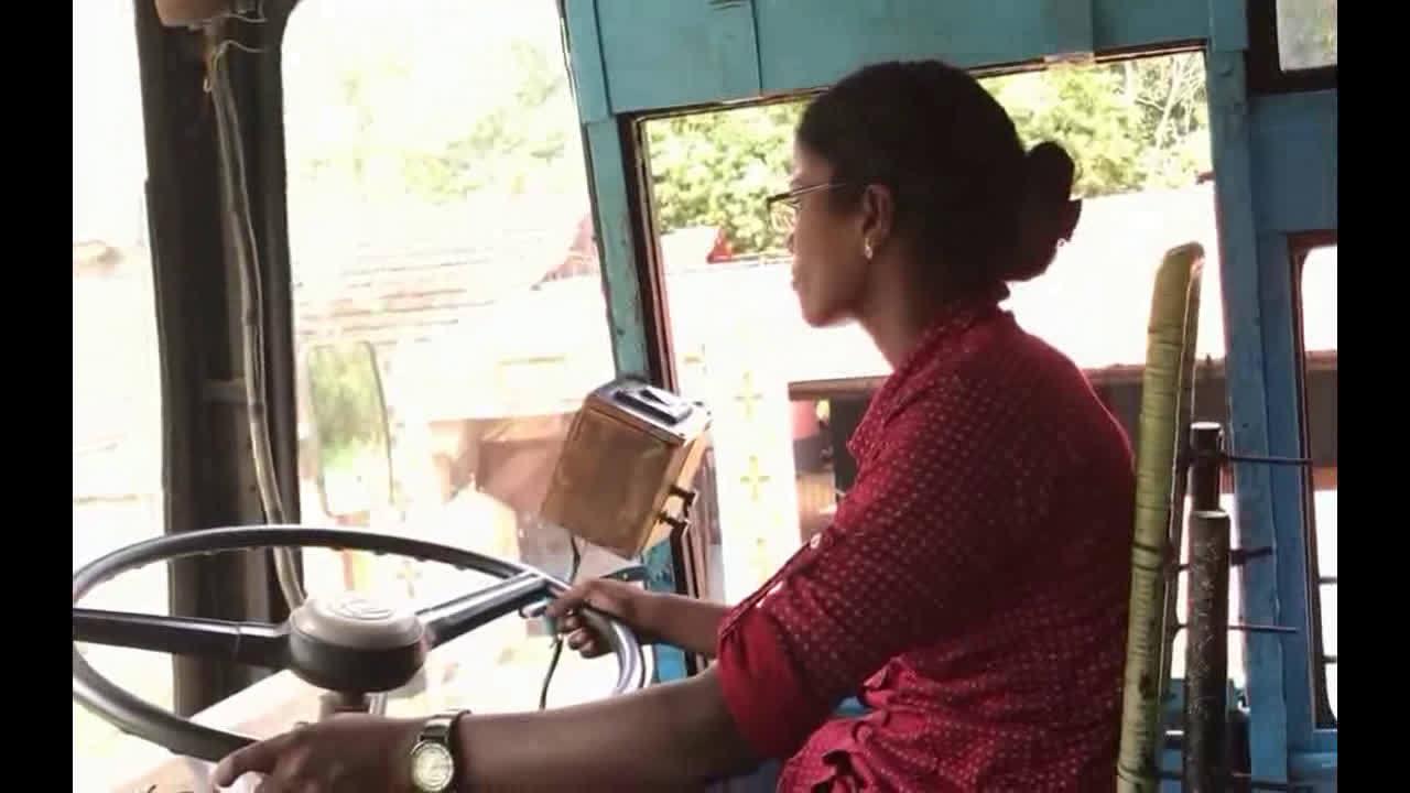 实拍印度女司机练习驾驶公交车~  
