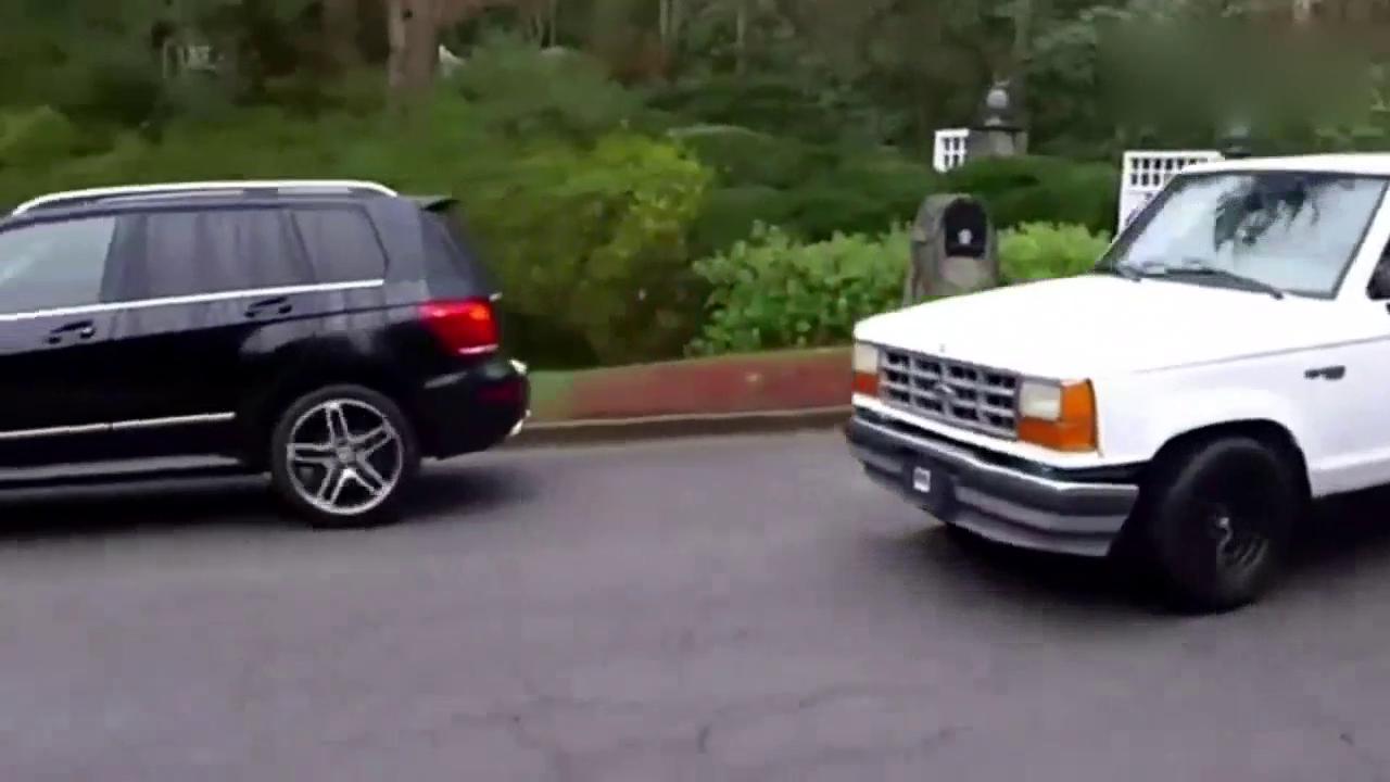 皮卡车主被奔驰别车,下车正要发怒,接下来就尴尬了