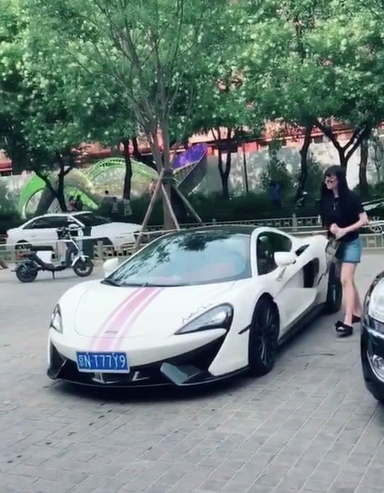 酒店门口偶遇迈凯伦540C,车主是一位小姐姐,根本没心思看车