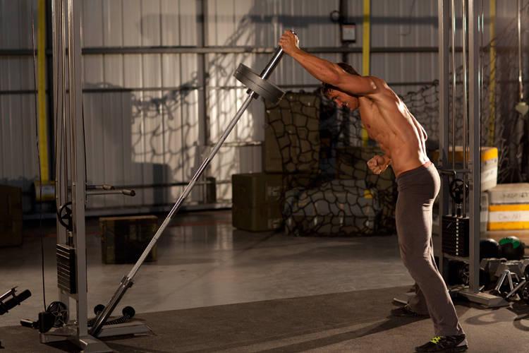 中级肩部肌肉锻炼动作 单臂地雷架推肩