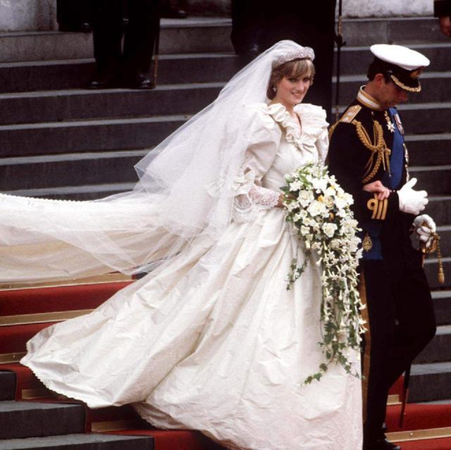 """戴安娜王妃1981年在婚礼上所穿的婚纱礼服,号称是""""时装界史上保守得"""