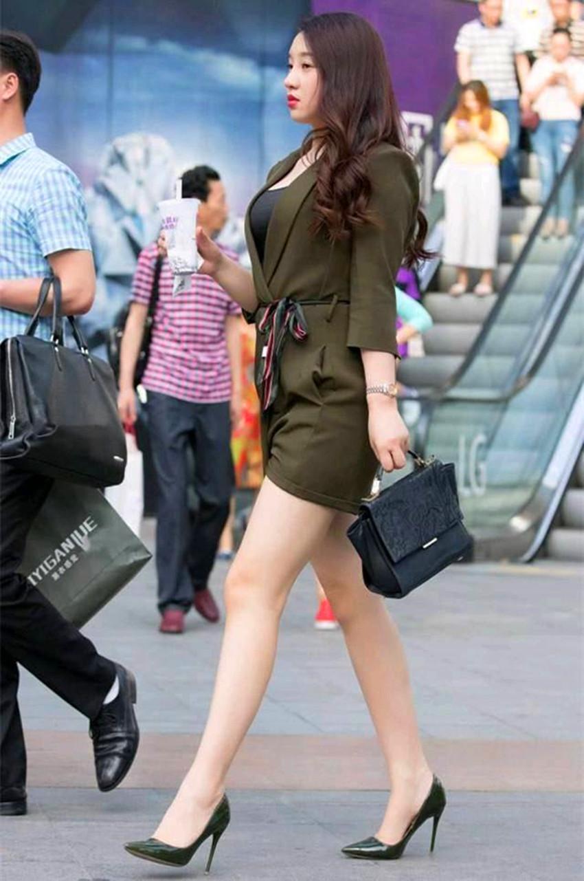 街拍:图1长发美女,丝袜配高跟鞋,图5两位时尚美女,谈笑风生