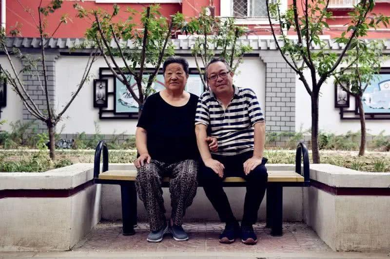 草干妈_(右)与干妈王富芝(左),1996年来到双井,22年看着社区一草一木的变化.