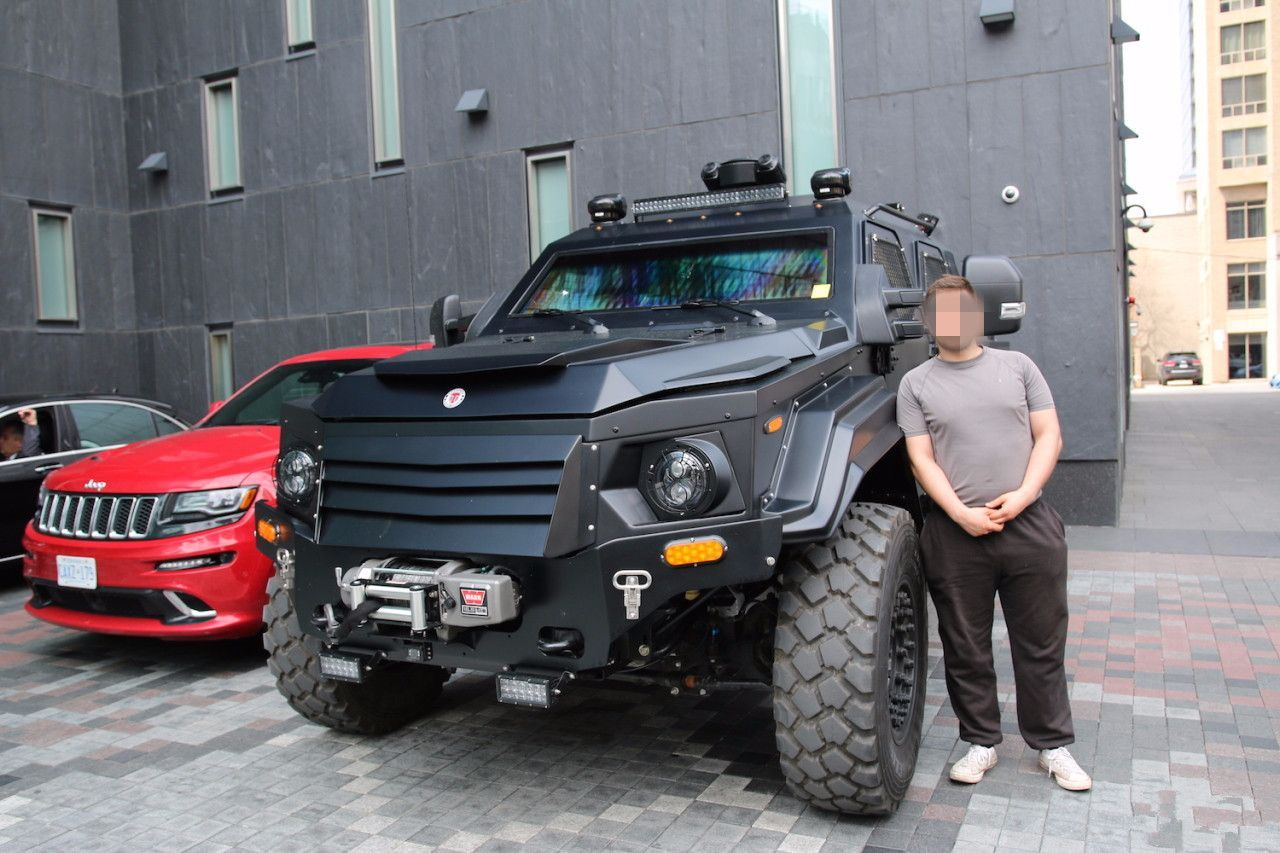 184万的越野车,车高2.7米重5吨,路上无视一切障碍