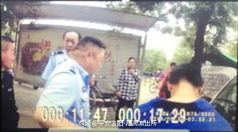 """警察老爸吃早饭看到诈骗嫌疑人车辆 把4岁女儿""""寄存""""在早餐店"""