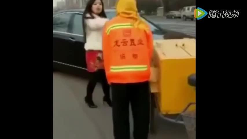 好蛮横的女司机,环卫工刮蹭到奔驰车被逼鞠躬道歉