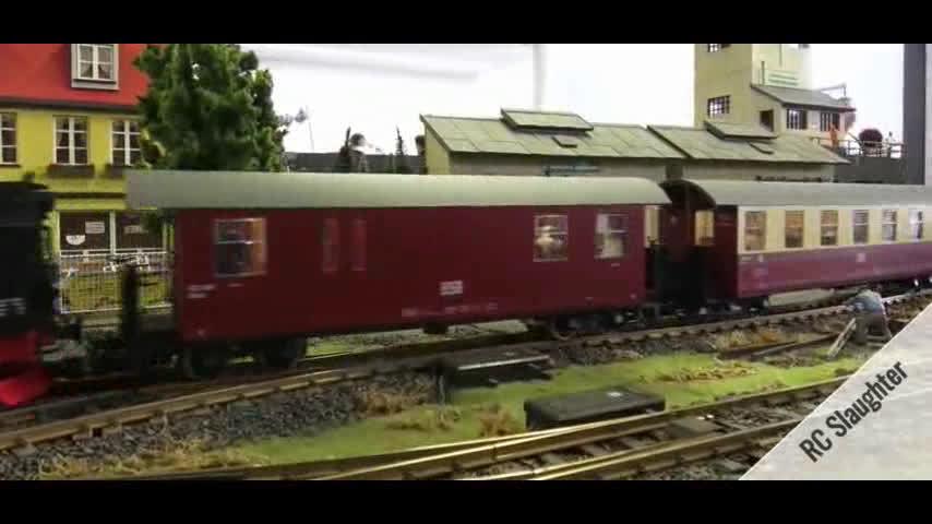 国外的一个退休的火车司机,做出的火车模型,可以以假乱真了!