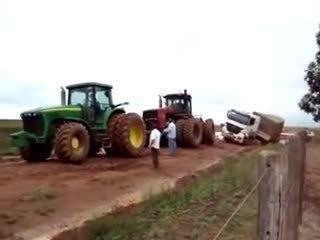 大货车泥地趴窝,串联拖拉机前来救援,接下来一幕让司机崩溃了!?