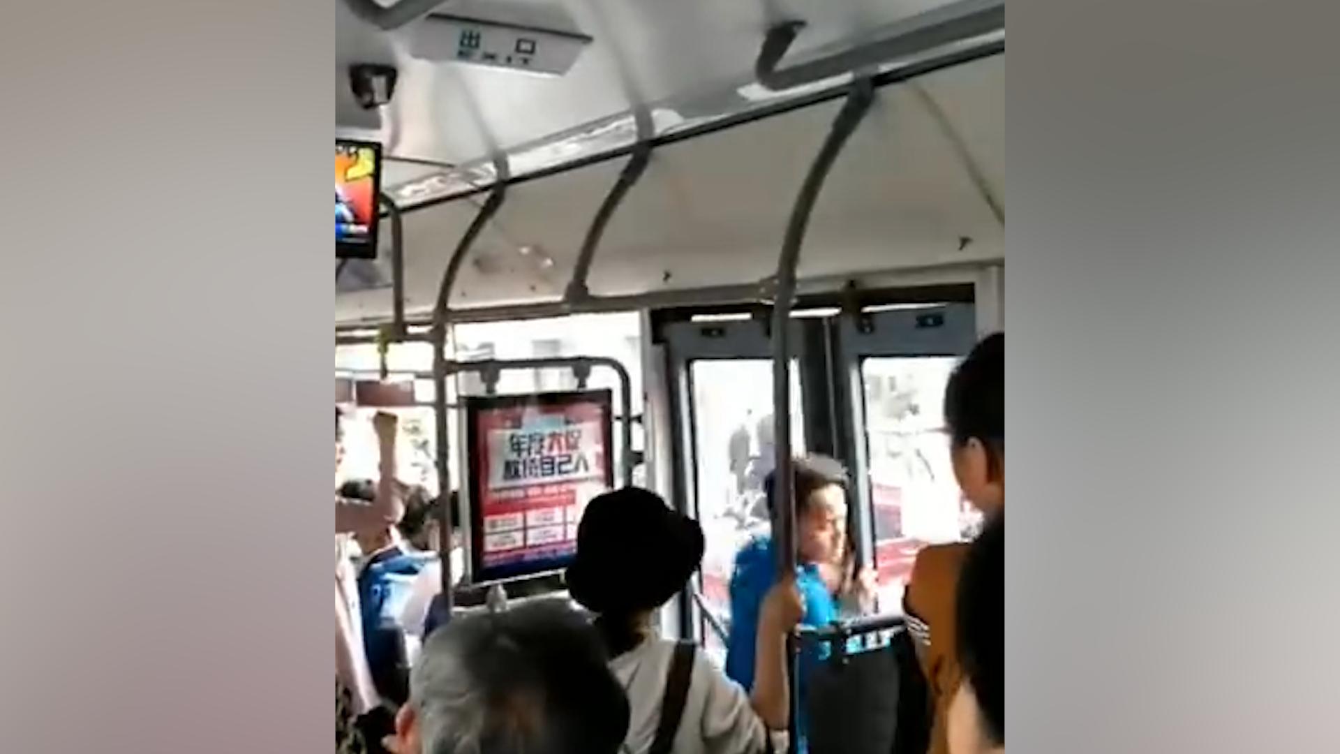 拳头连续暴击!实拍大连一男子公交坐过站 下车遭拒后暴打司机