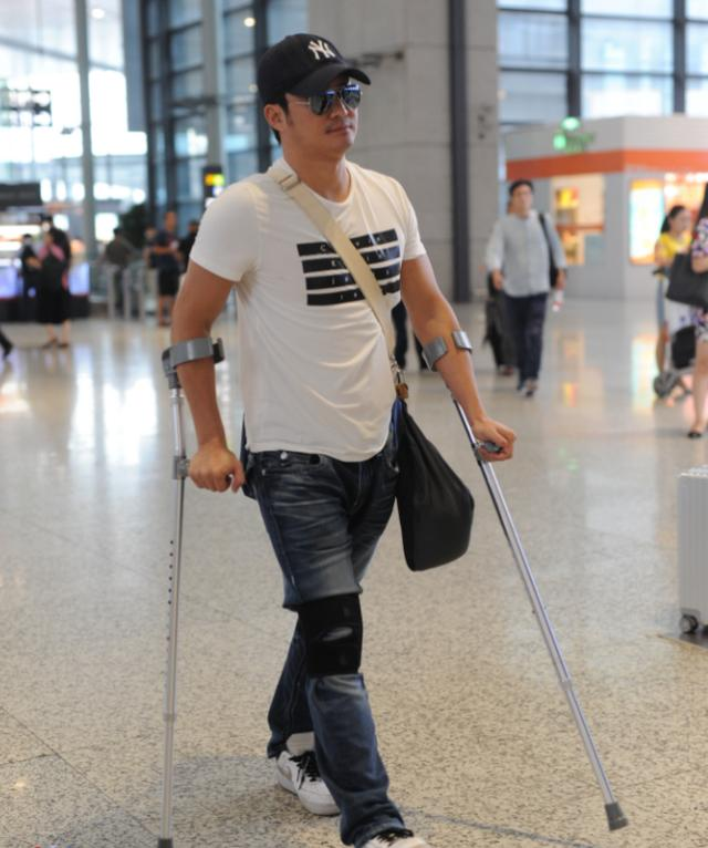 吴京再次受伤近照,拄着拐棍健步如飞,旁边老外表情亮了!图片