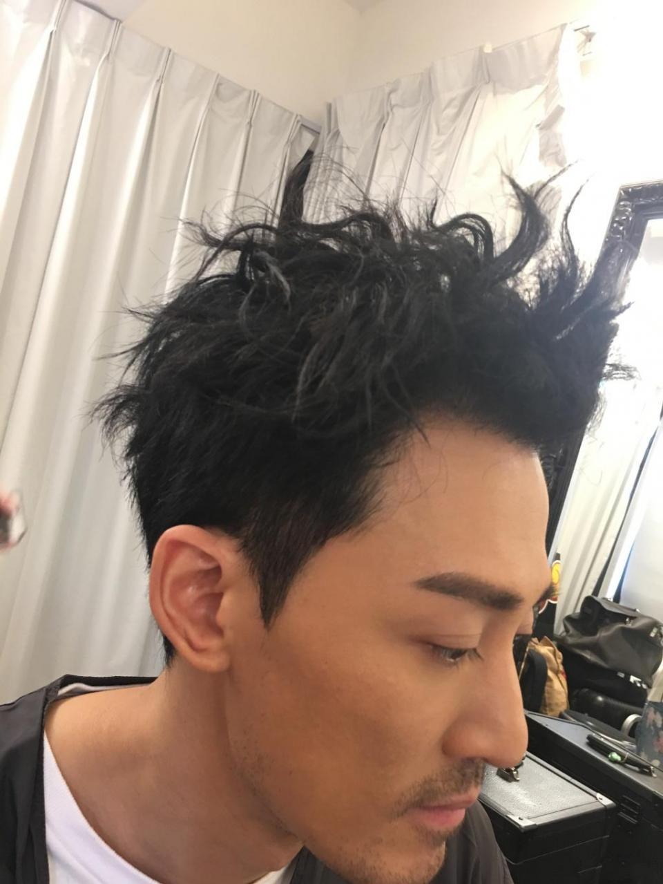 林峯晒28偏分发型,穿搭帅气十足,网友:寻秦记的头发长图片