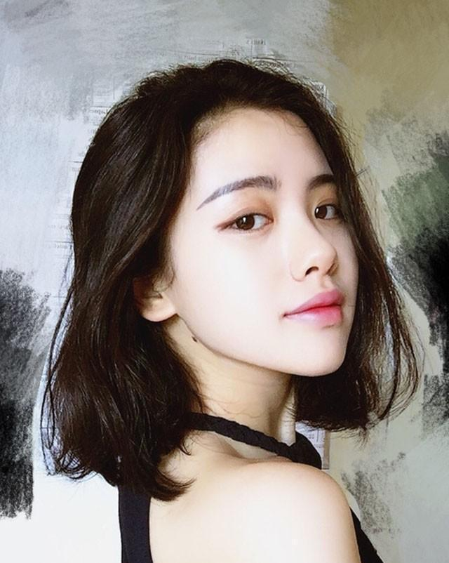 卷发中短发发型,束卷 刘海编发甜美又清新,很适合度假风!