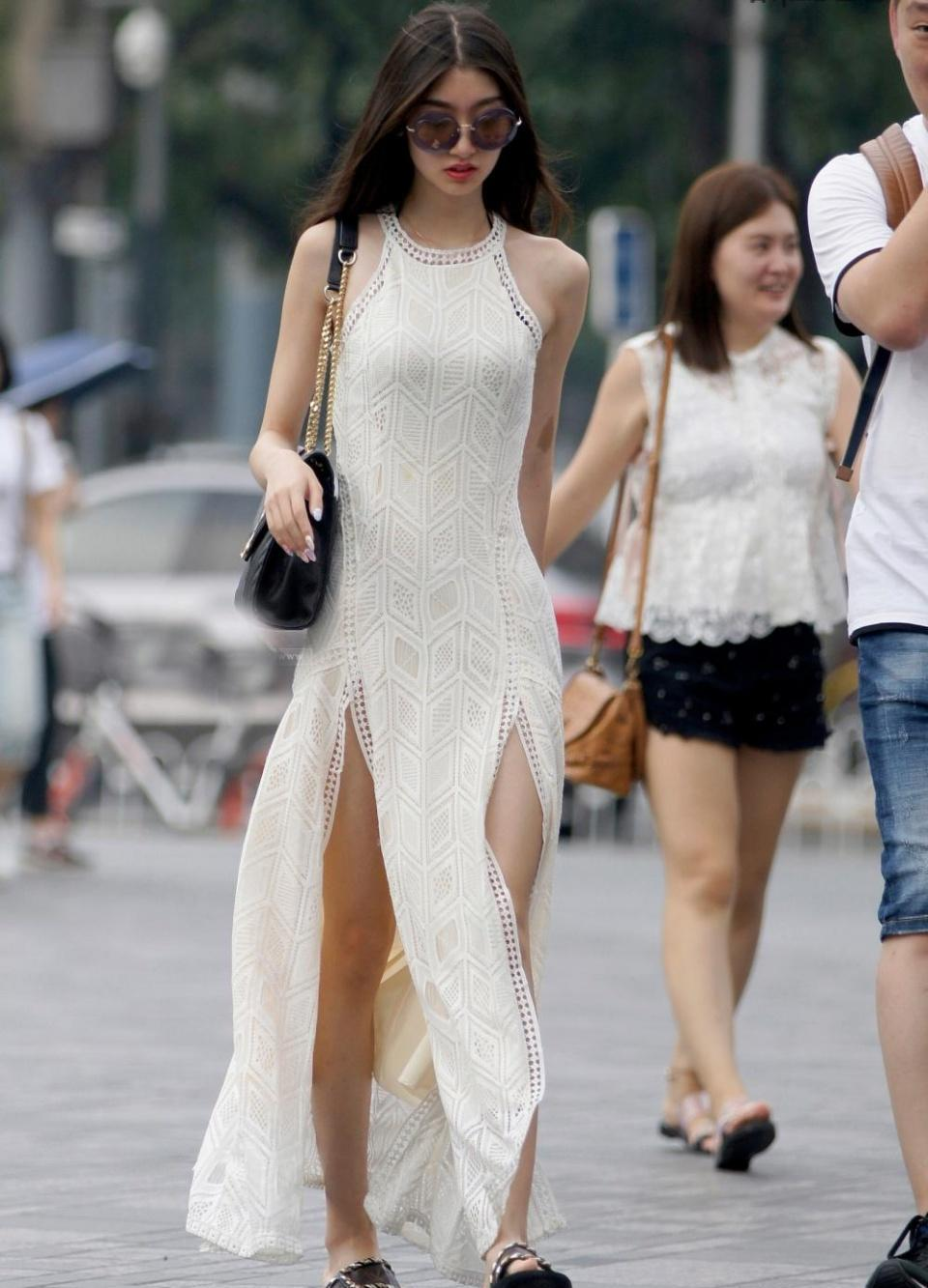 街拍: 行走的气质美女, 美背那道罩罩的痕迹很抢眼