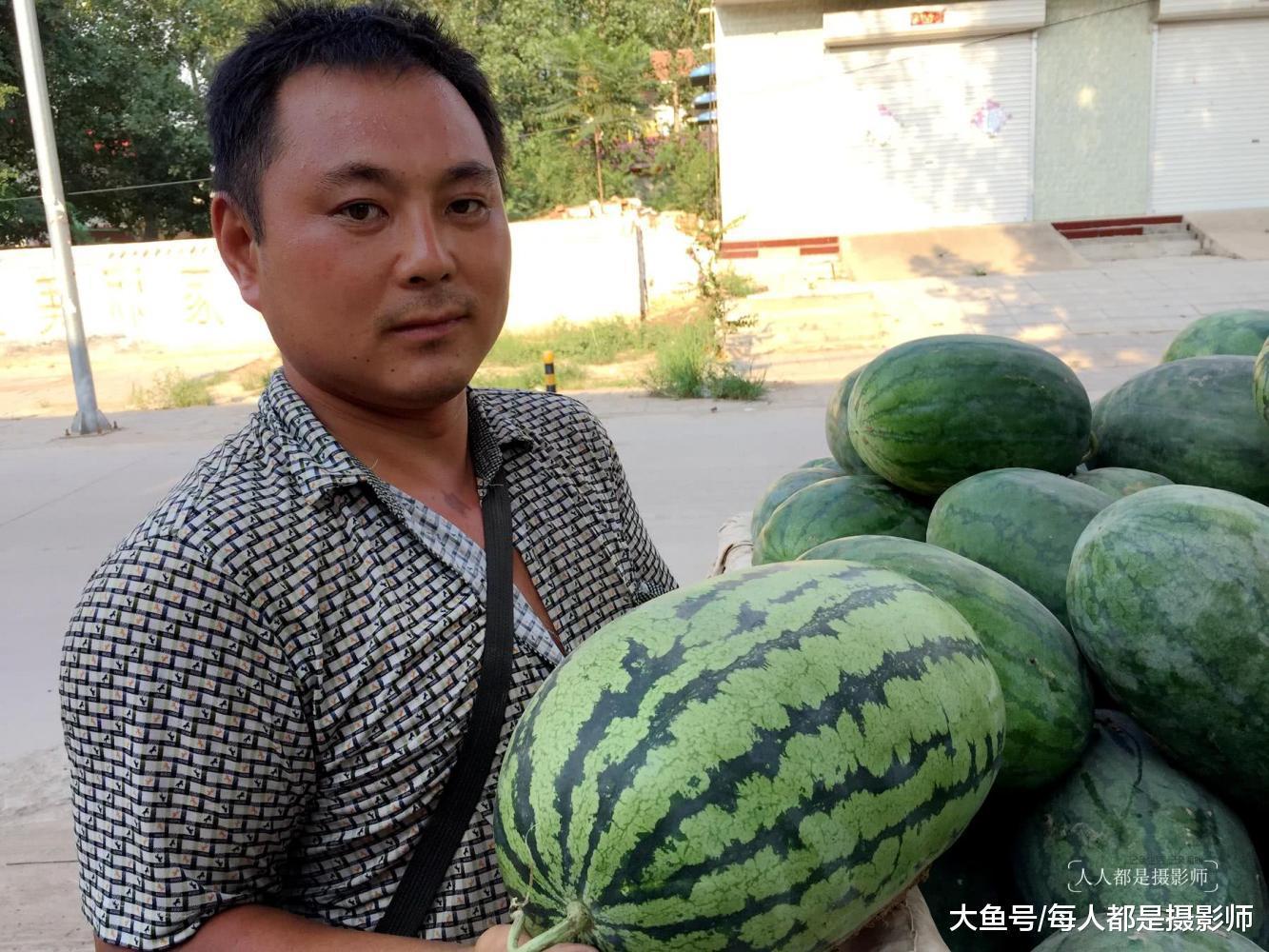 魏振强告诉摄影师,这是本地种植的沙地西瓜,里面的瓜瓤是沙的,含糖量