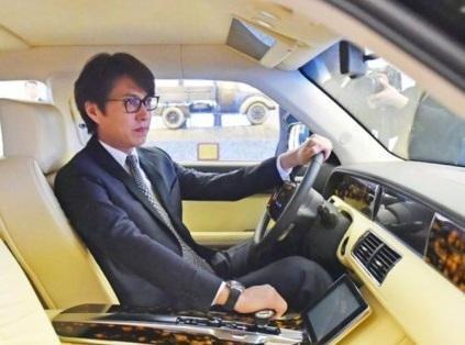 界限100台 马云的豪车奢华,遇到靳东座驾也得一边站