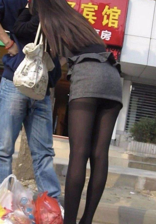 街拍: 穿黑色丝袜的时尚辣妈, 脚上的红色高跟鞋显得格外性感