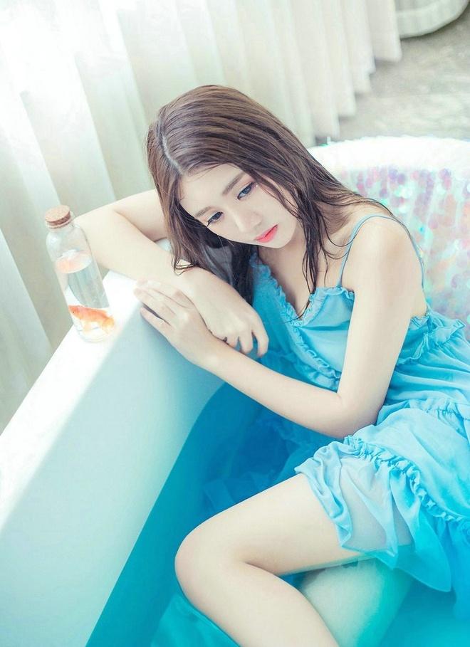 清纯美女如水中花轻盈美妙私房粉嫩俏皮甜美写真