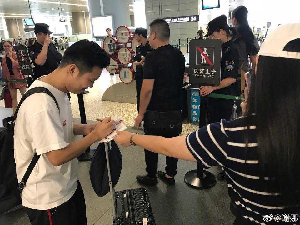 谢娜的网红助理走红 机场都有人找他签名啦