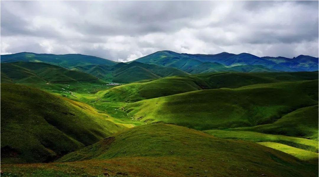 旅游景点有轿子雪山,东川红土地,雪岭景区,九龙风景区,东川铜矿山
