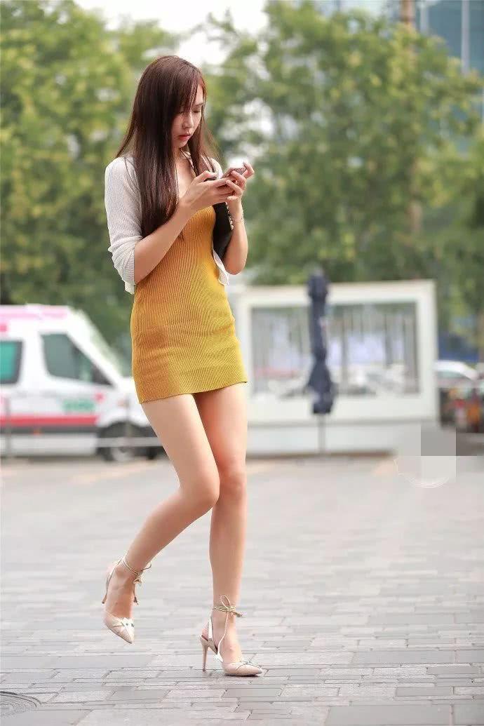 风骚黄色小�_街拍:鹅黄色的小短裙,有一份属于春天的性感气息