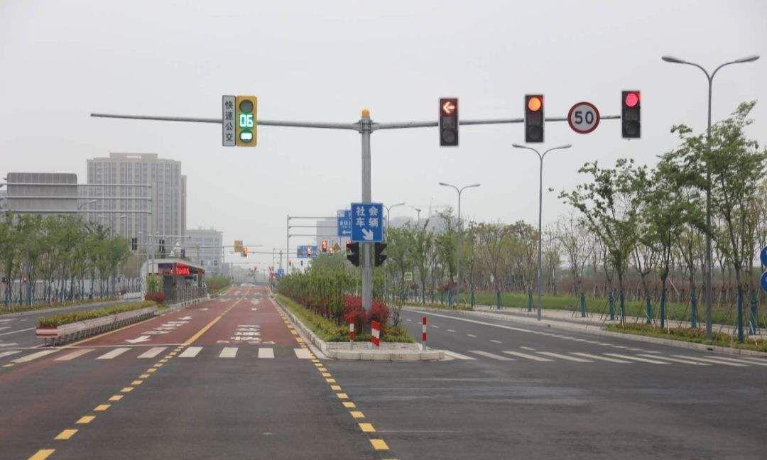 直行绿灯为什么右转扣6分?老司机提醒:只看红绿灯可不