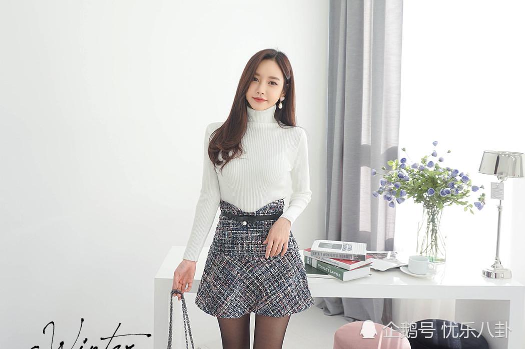 白色上衣,灰色短裙,黑色丝袜,最简约的色调,珠珠却依旧气质且诱惑.