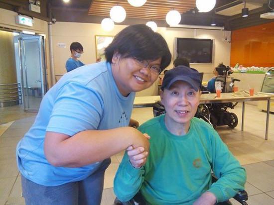港台两位姓蔡的歌手,曾红极一时,一个被逼疯,一个坐轮椅被遗弃