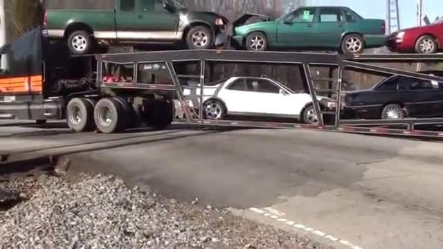 大货车爬坡遭遇困境,皮卡试图救援失败,看看专业救援车的救援吧  