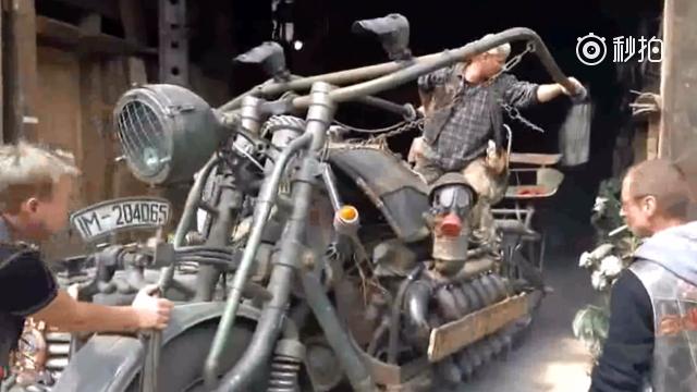 V12引擎的巨型摩托车,这发动机都可以用在坦克上了