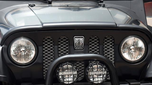 黑色哥特式车标,堪称北汽最帅,认识的真没几个,号称平民牧马人